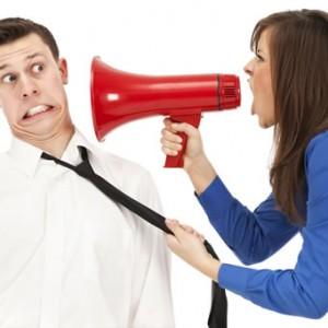 mujer-gritando-con-megafono
